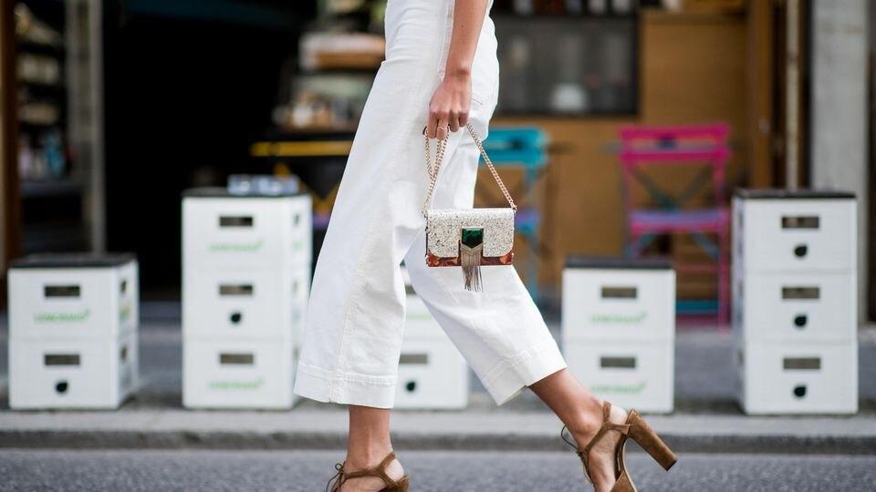 Weiße Jeans gehören zum Frühling dazu wie Osterglocken und das erste Eis. Allerdings haben die hellen Hosen so ihre Tücken: Sie  tragen ungemein auf...