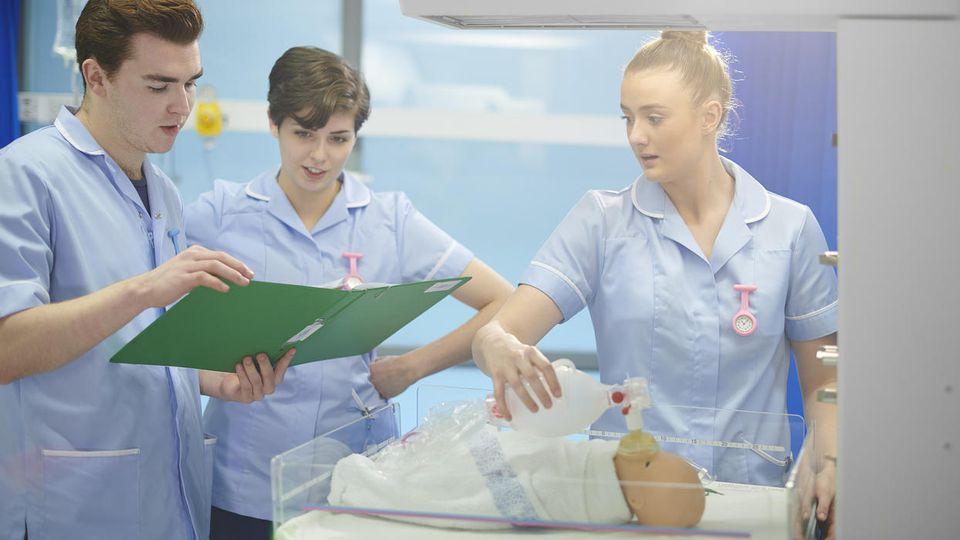 Hebammen-Schüler durchlaufen ab 2020 ein Bachelor-Studium.
