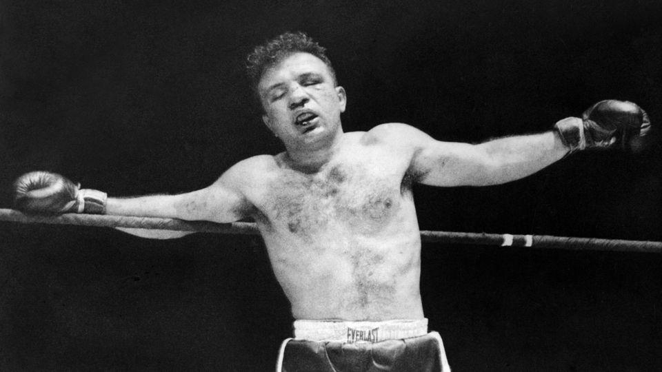 """Jake LaMotta hing beim """"Valentinstag-Massaker"""" 1951 in Runde 13 nur noch wehrlos in den Seilen"""