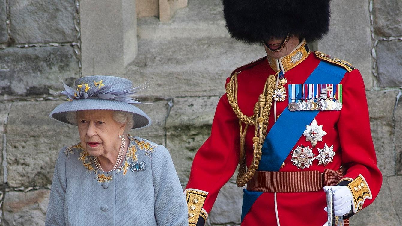 Die Queen kam mit einem Begleiter zu ihrer Geburtstagsparade - aber wer steckt bloß unter der Bärenfellmütze?