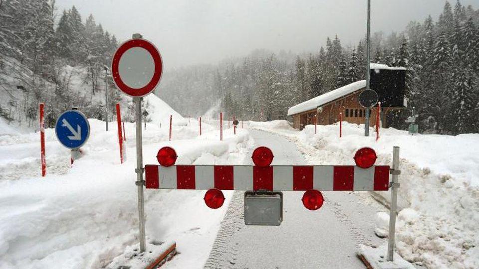 Die Zufahrt zum Riedbergpass in Richtung Balderschwang war wegen Lawinengefahr gesperrt. Foto:Karl-Josef Hildenbrand