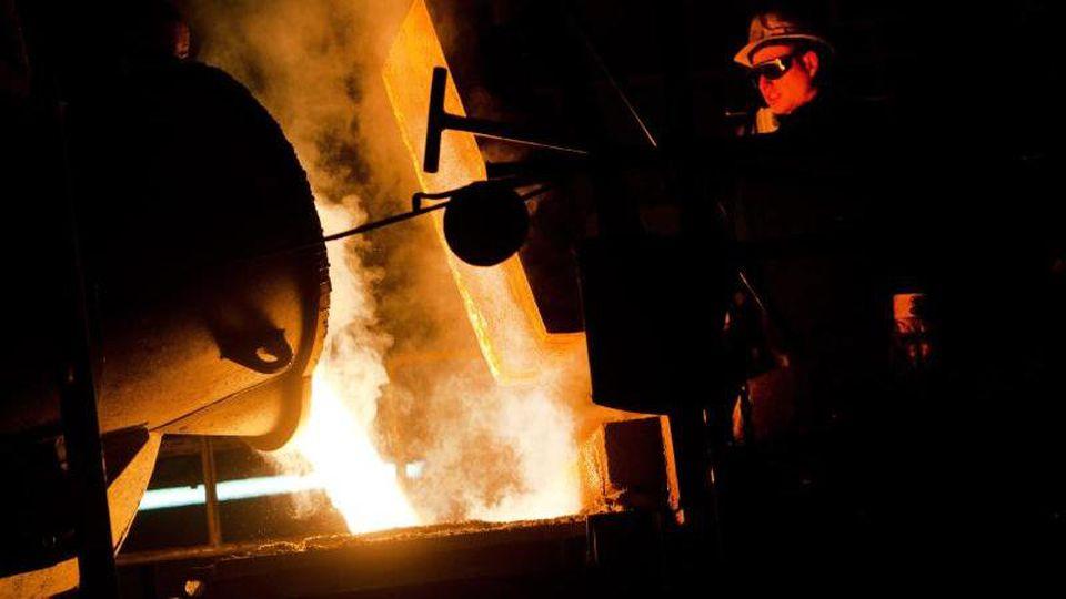 In der Spezialgießerei MAT überwacht ein Gießer das Umfüllen von flüssigem Eisen. Foto:Stefan Sauer/Archiv