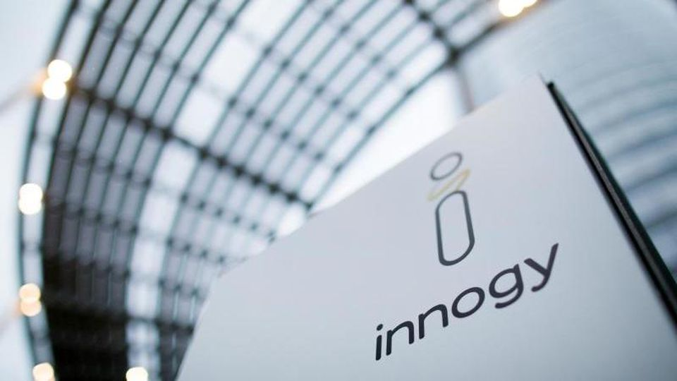 Das Logo von Innogy vor der Konzernzentrale. Foto: Rolf Vennenbernd/Archivbild