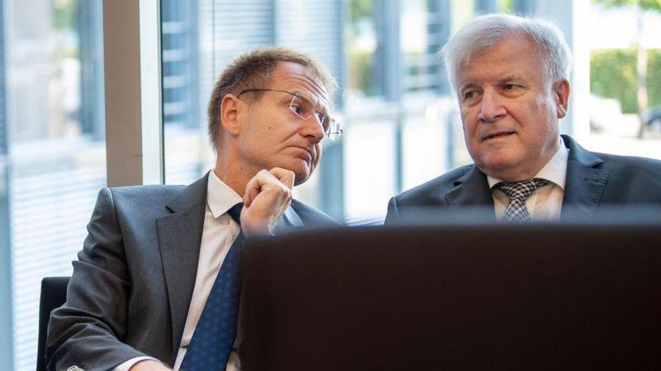 Bundesinnenminister Horst Seehofer (r), hier mit Generalbundesanwalt Peter Frank. Foto: Monika Skolimowska