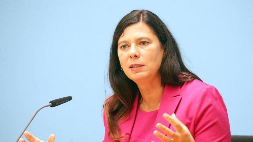 Sandra Scheeres (SPD), Senatorin für Bildung, Jugend und Familie, vor der Presse. Foto: Wolfgang Kumm/dpa/Archivbild