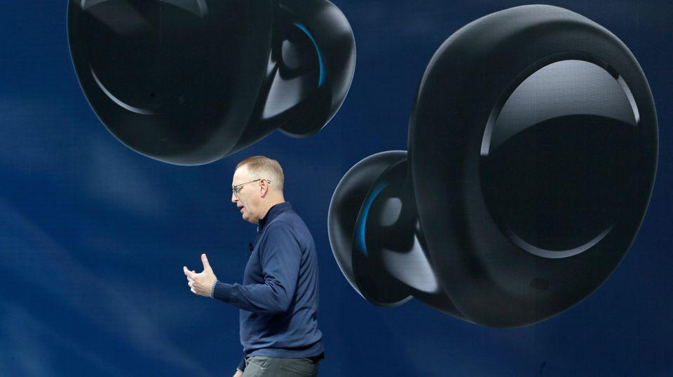 Beim Amazon-Neuheiten-Event in Seattle stellte Gerätechef Dave Limp unter anderem Alexa-Ohrhörer vor, die Apple Konkurrenz machen sollen.
