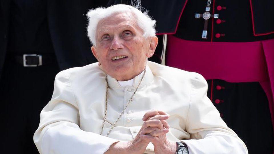 Der emeritierte Papst Benedikt XVI. kommt am Flughafen München zu seinem Flugzeug. Foto: Sven Hoppe/dpa-Pool/dpa/Archiv
