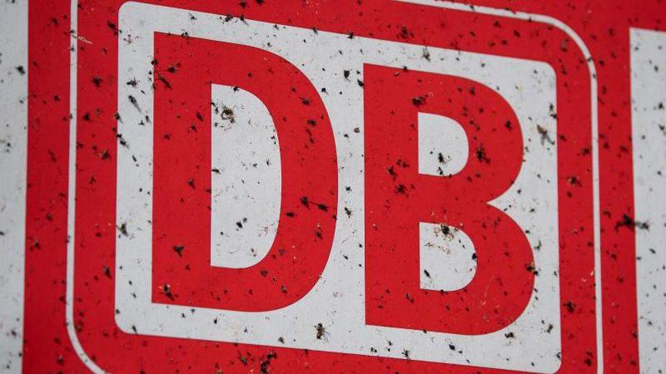 Das Logo der DeutschenBahn prangt an einemZug. Foto: Fabian Sommer/dpa/Archivbild