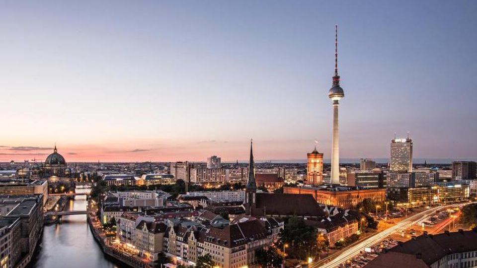 Der Fernsehturm ragt in Berlin am Abend in den wolkenfreien Himmel. Foto: Paul Zinken/dpa/Archivbild