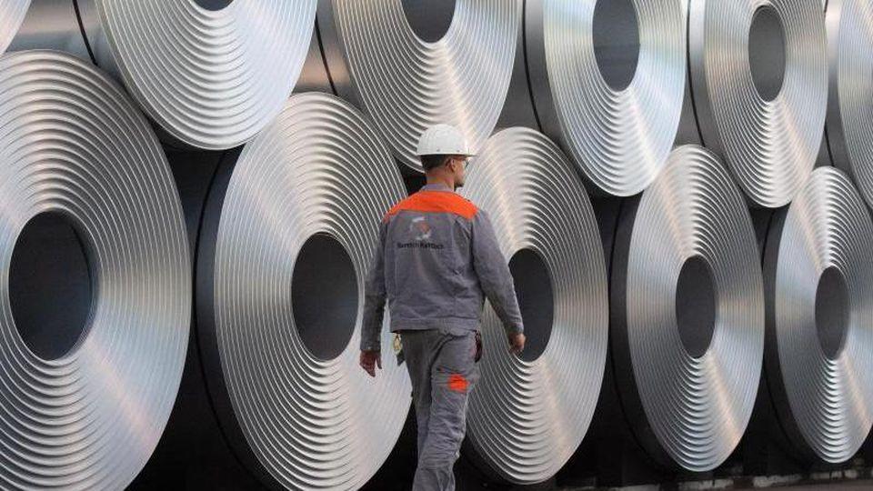 Der Stahlhersteller Salzgitter hat im ersten Halbjahr wegen der Corona-Krise einen Millionenverlust verbucht. Foto: Julian Stratenschulte/dpa