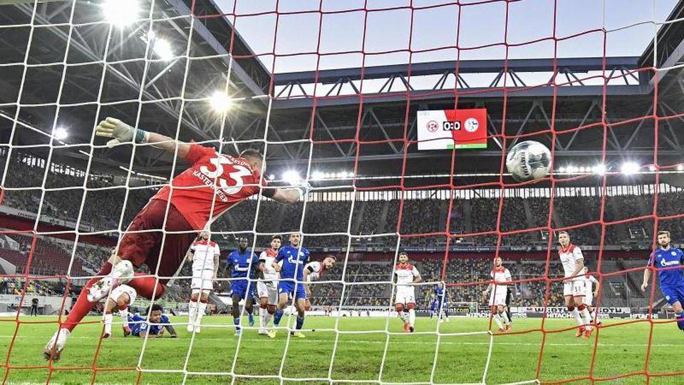 Schalkes Weston McKennie (links am Boden) erzielt das 0:1. Foto: Martin Meissner/AP-Pool/dpa