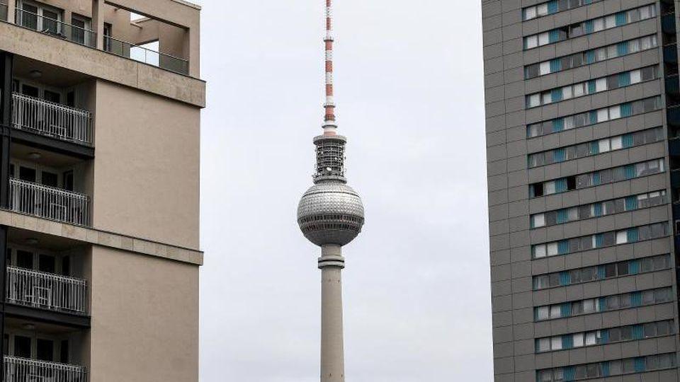 Wohnhäuser in Berlin vor dem Fernsehturm. Foto: Britta Pedersen/zb/dpa/Archivbild