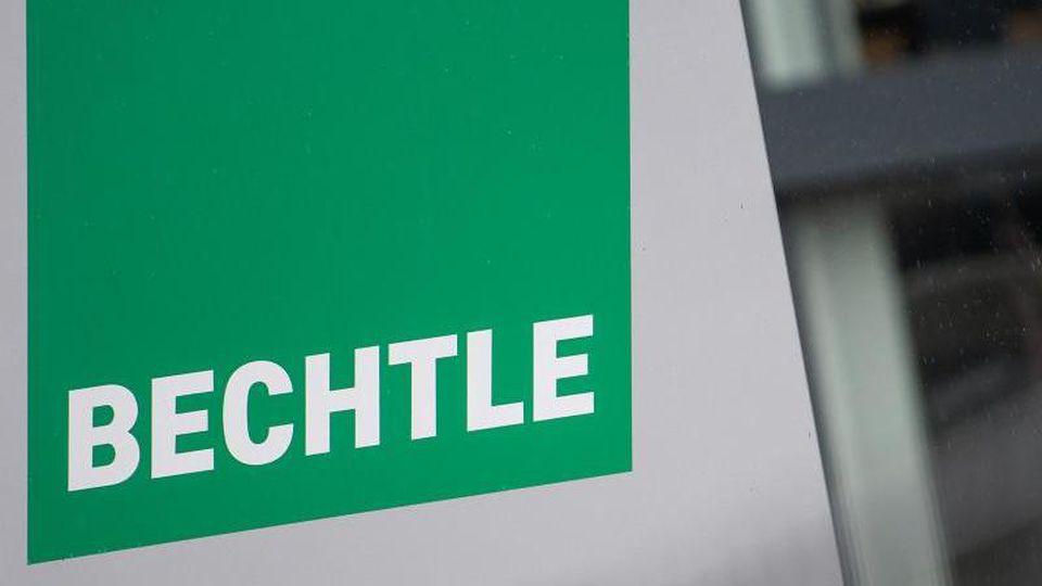 Ein Schild mit dem Logo der IT-Firma Bechtle steht vor dem Unternehmensgebäude. Foto: Sebastian Gollnow/dpa