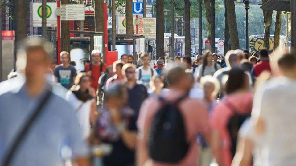 In Sachsen-Anhalt ist die Zahl der Einwohner im ersten Halbjahr dieses Jahres um 8033 Menschen zurückgegangen. Foto: Georg Wendt/dpa/Archivbild
