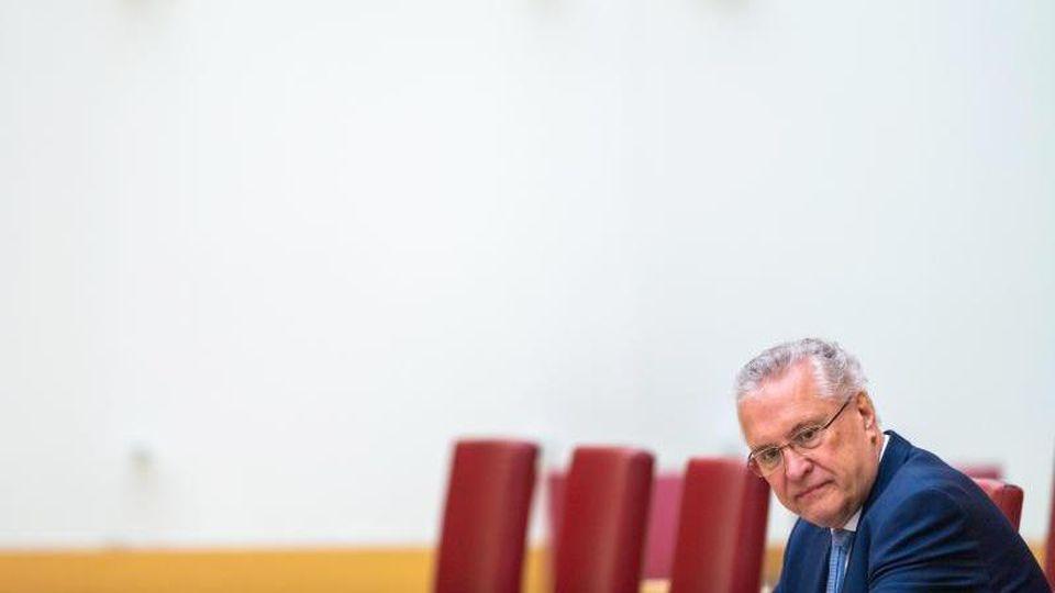 Joachim Herrmann (CSU), Innenminister von Bayern, sitzt im Plenarsaal. Foto: Lino Mirgeler/dpa