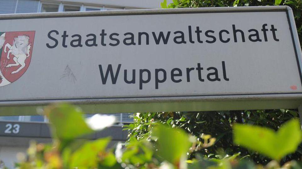 """Ein Schild trägt die Aufschrift """"Staatsanwaltschaft Wuppertal"""". Foto: Caroline Seidel/dpa/Archivbild"""