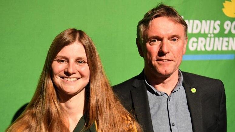 Hans-Joachim Janßen und Anne Kura, Landesvorsitzende der niedersächsischen Grünen, stehen zusammen. Foto: Carmen Jaspersen/dpa