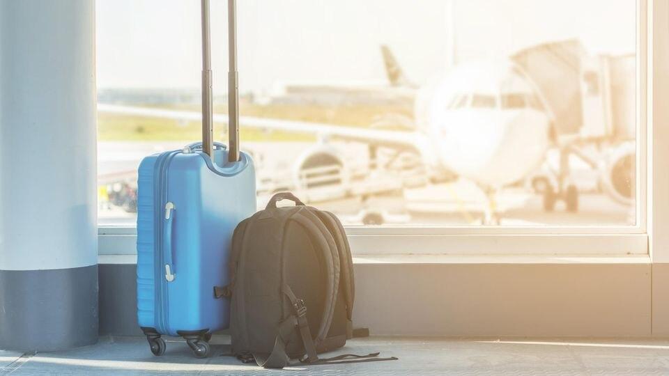 Nur ein Gepäckstück oder doch zwei? Wir erklären, wie es bei den Airlines geregelt wird.