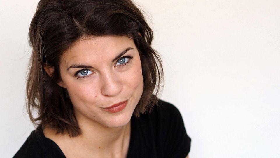 Nach ihrer letzten Klappe für AWZ ging es für Maike Johanna Reuter direkt zum Friseur.  Es sind viele Haare gefallen.