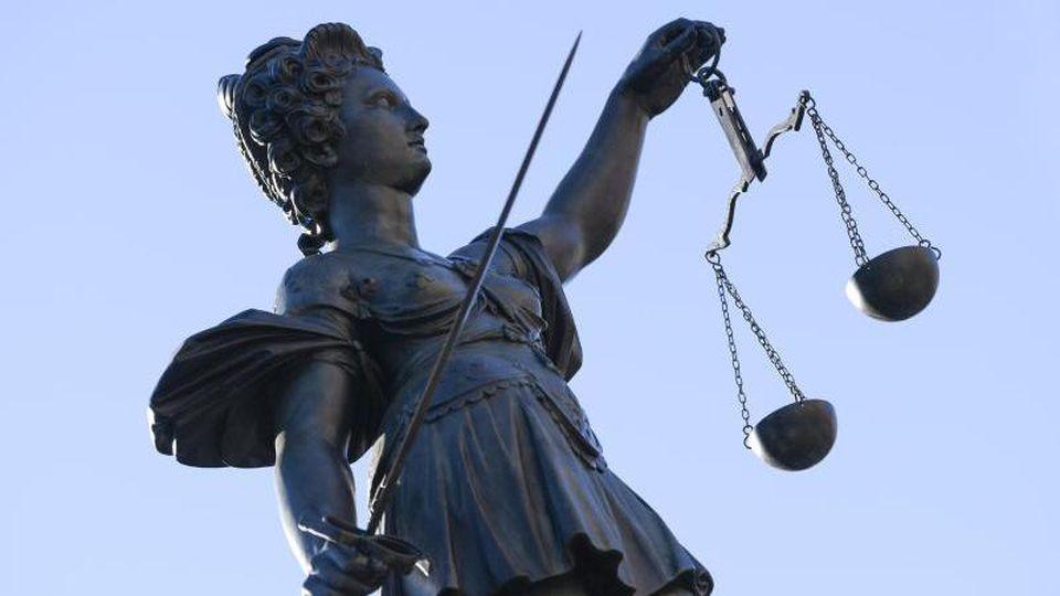 Eine Statue der Justitia unter freiem Himmel. Foto: Arne Dedert/dpa/Symbolbild