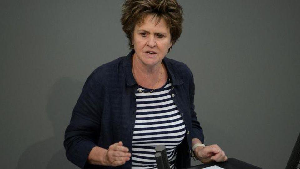 Bundestagsabgeordnete Sabine Zimmermann (Linke) spricht bei einer Bundestagssitzung. Foto: Sina Schuldt/dpa/Archivbild