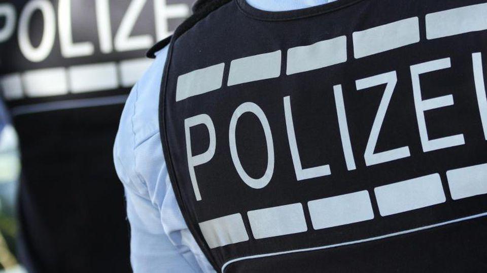 In Westen gekleidete Polizisten stehen in der Stadt. Foto: Silas Stein/dpa/Archivbild