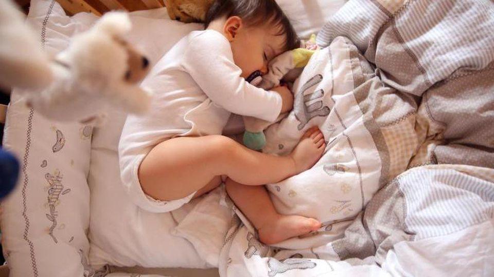 Worauf und worin Babys liegen ist für einen guten Schlaf entscheidend.