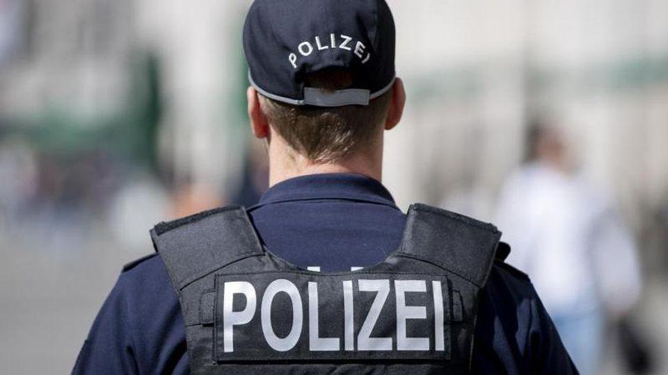 Ein Polizeibeamter patrouilliert am Alexanderplatz. Foto: Christoph Soeder/dpa/Symbolbild