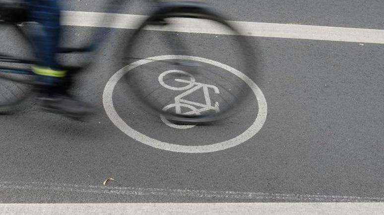 Ein Fahrradfahrer fährt auf dem Radfahrstreifen. Foto: Sebastian Willnow/dpa-Zentralbild/dpa/Symbolbild