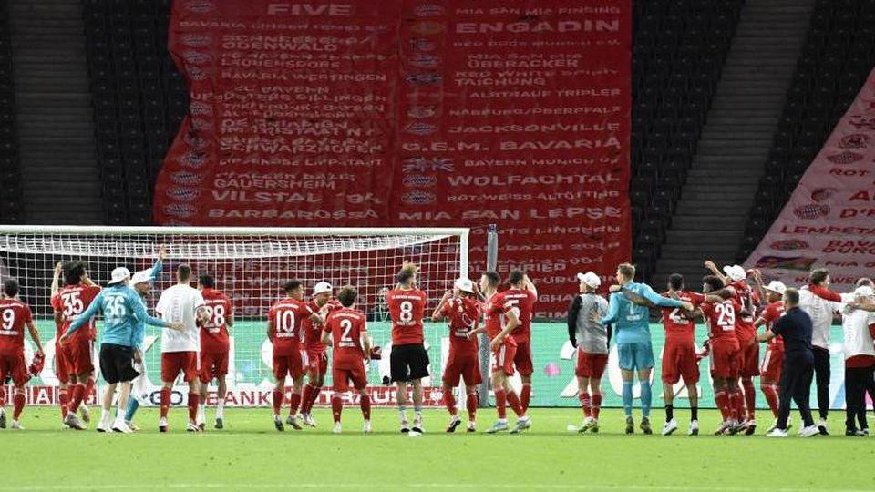 Der FC Bayern München feierte vor der leeren Kurve im Berliner Olympiastadion. Foto: John Macdougall/AFP/POOL/dpa