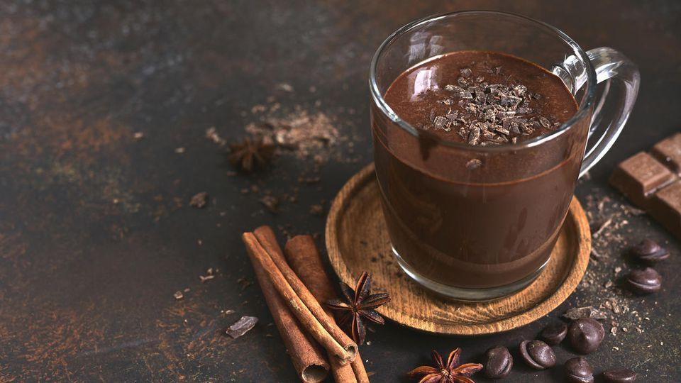 Cremige heiße Schokolade mit Rotwein - ein echter Genuss für kalte Winterabende.