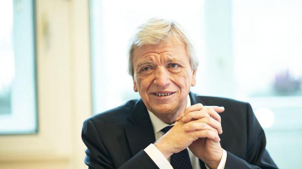 Volker Bouffier (CDU), Ministerpräsident von Hessen, während eines Interviews. Foto: Andreas Arnold/dpa/Archivbild