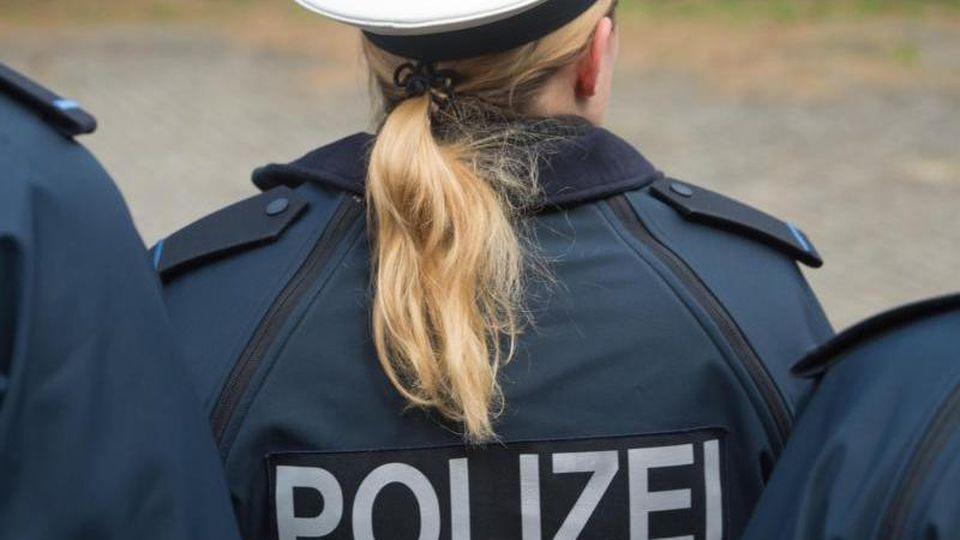 """Auf der Jacke einer Auszubildenden ist der Schriftzug """"Polizei"""" zu sehen. Foto: Stefan Sauer/Archiv"""