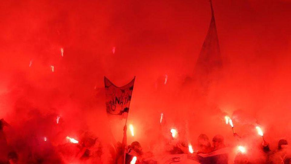 Fans von Olympique Marseille brennen Pyrotechnik ab. Foto: Jan Woitas/Archiv