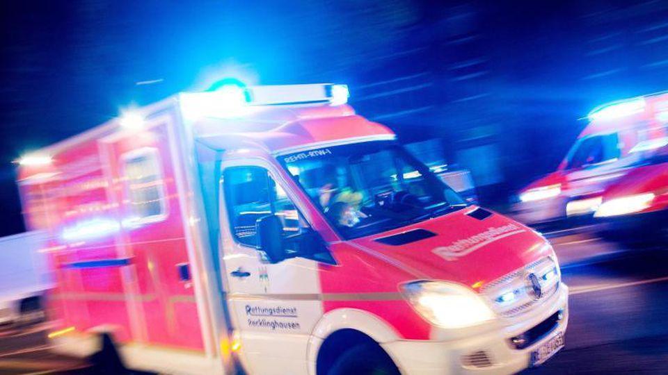 Ein Rettungswagen fährt mit Blaulicht durch eine Straße. F. Foto: Marcel Kusch/dpa
