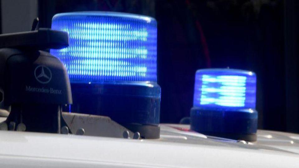 Blaulichter auf den Dächern von Polizeifahrzeugen. Foto: Carsten Rehder/Archivbild
