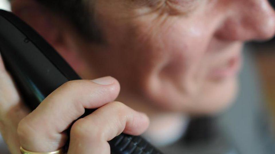 Ein Mitarbeiter einer Telefonseelsorge telefoniert. Foto: Angelika Warmuth/Archivbild