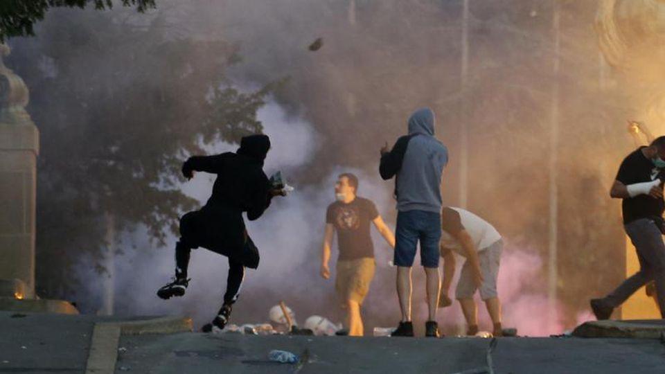 Demonstranten stoßen bei Protesten in Belgrad mit Polizisten zusammen. N. Foto: Darko Vojinovic/AP/dpa