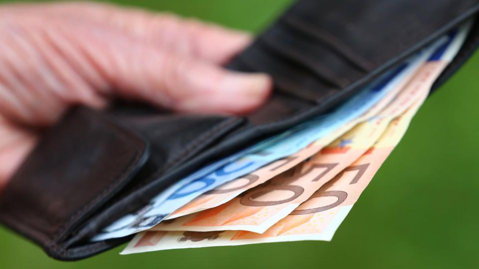 ARCHIV - Eine Rentnerin hält am 13.07.2015 in Kempten (Bayern) einen Geldbeutel mit verschiedenen Euroscheinen.  Die gut 20 Millionen Rentner in Deutschland werden im kommenden Jahr voraussichtlich die kräftigste Rentenerhöhung seit 20 Jahren erhalte