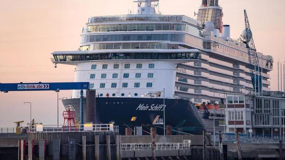 """Das Kreuzfahrtschiff """"Mein Schiff 3"""" liegt am frühen Morgen im Hafen. Foto: Sina Schuldt/dpa/Archivbild"""