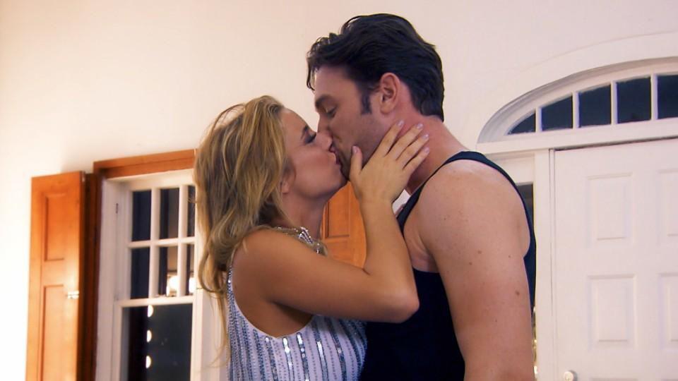 Der erster Bachelor-Kuss: Janina Celine überrascht Daniel mit einem Kuss.