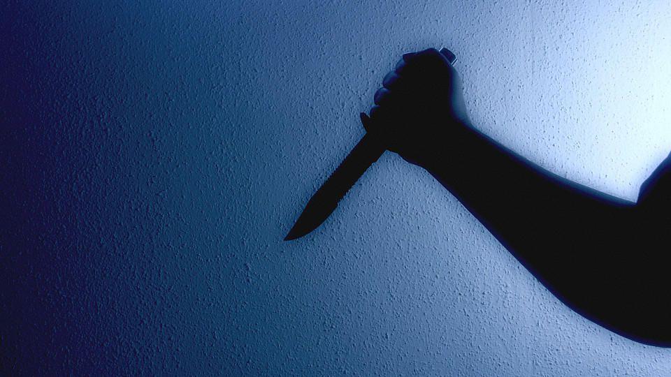 14 -mal soll der Angeklagte auf den Oberkörper seiner Frau eingestochen haben. (Symbolbild)