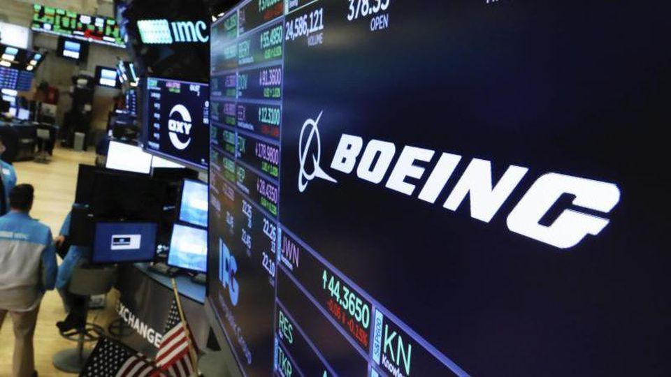 Das Boeing-Logo ist auf einem Bildschirm über dem Tradingfloor der New Yorker Börse zu sehen. Foto: Richard Drew/AP