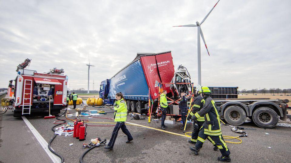 20.03.2019, Nordrhein-Westfalen, Moers: Verunglückte Lastwagen stehen auf der Autobahn. Die Autobahn 42 ist nach einem Lkw-Unfall bei Kamp-Lintfort am Mittwochmorgen in Fahrtrichtung Dortmund gesperrt worden. Die Sperrung dauere noch bis mindestens 1