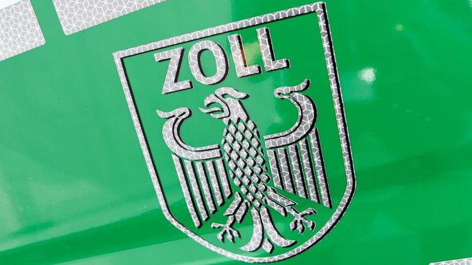 Das Zoll-Logo ist auf einem Einsatzfahrzeug des Zolls zu sehen. Foto: Christophe Gateau/Archivbild