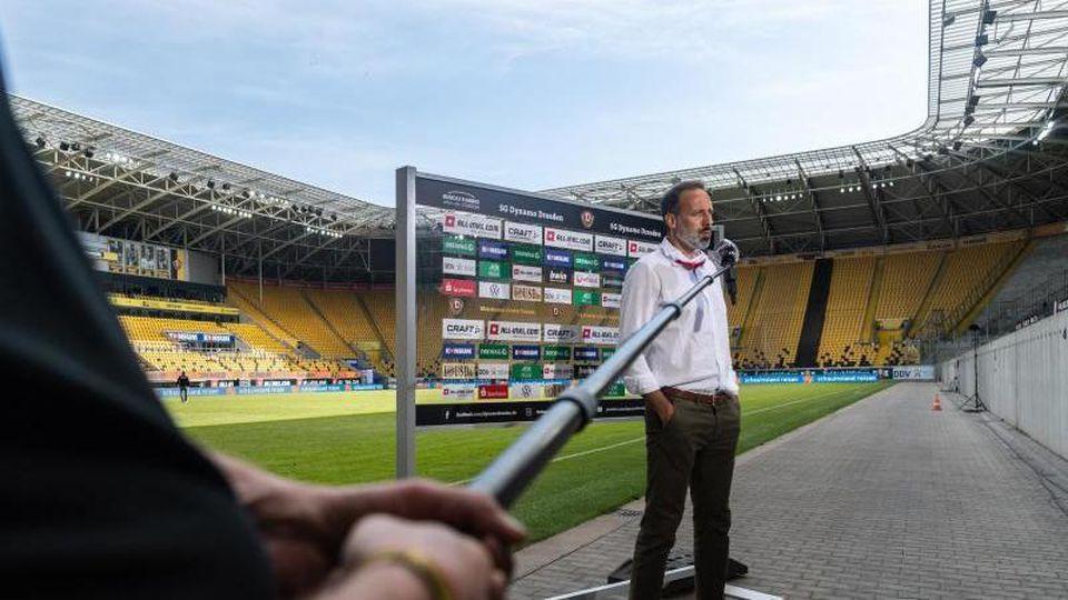 Stuttgarts Trainer Pellegrino Matarazzo gibt nach dem Spiel dem Bezahlsender Sky ein Interview. Foto: Robert Michael/dpa-Pool/dpa