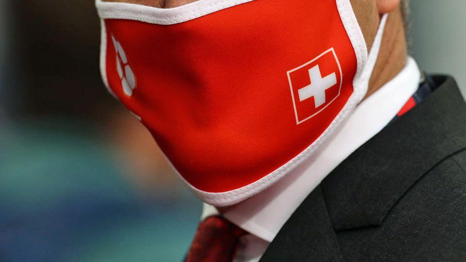 Maske mit Schweizer Flagge (Symbolfoto).
