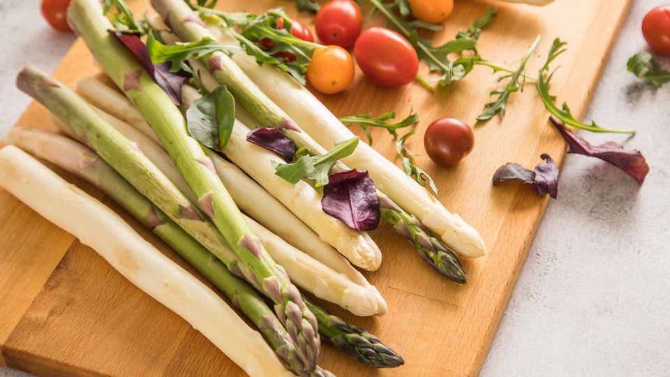 Spargelsaison 2021: Wir verraten Ihnen Tipps für eine gelungene Zubereitung von weißem & grünem Spargel.