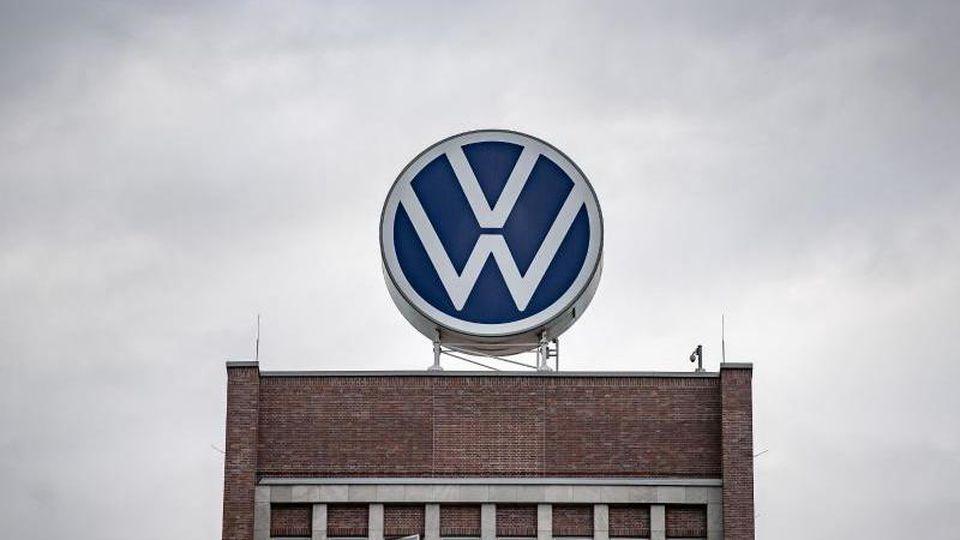 Volkswagen strukturiert im Rahmen seiner Elektro-Investitionen die Produktion in verschiedenen Werken um. Foto: Sina Schuldt/dpa