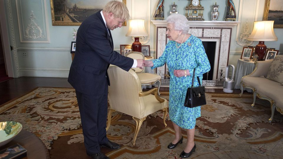 Boris Johnson trifft die Queen (Archivbild).